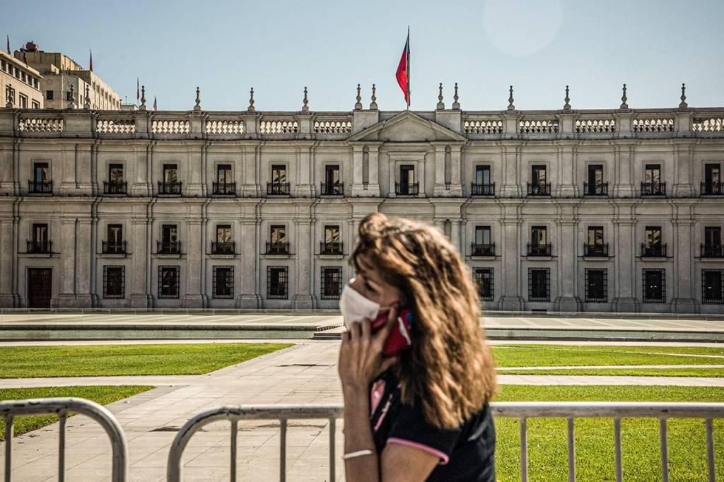 Chile: pedestre passa na frente do Palacio La Moneda, Santiago, Chile. 26 de maio de 2020. Foto: Cristobal Olivares/Bloomberg