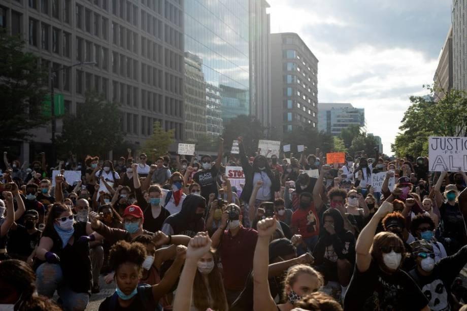 Washington, 30 de maio: Policiais tentam conter manifestantes em ato contra morte de George Floyd Foto:  Tasos Katopodis/Getty Images)