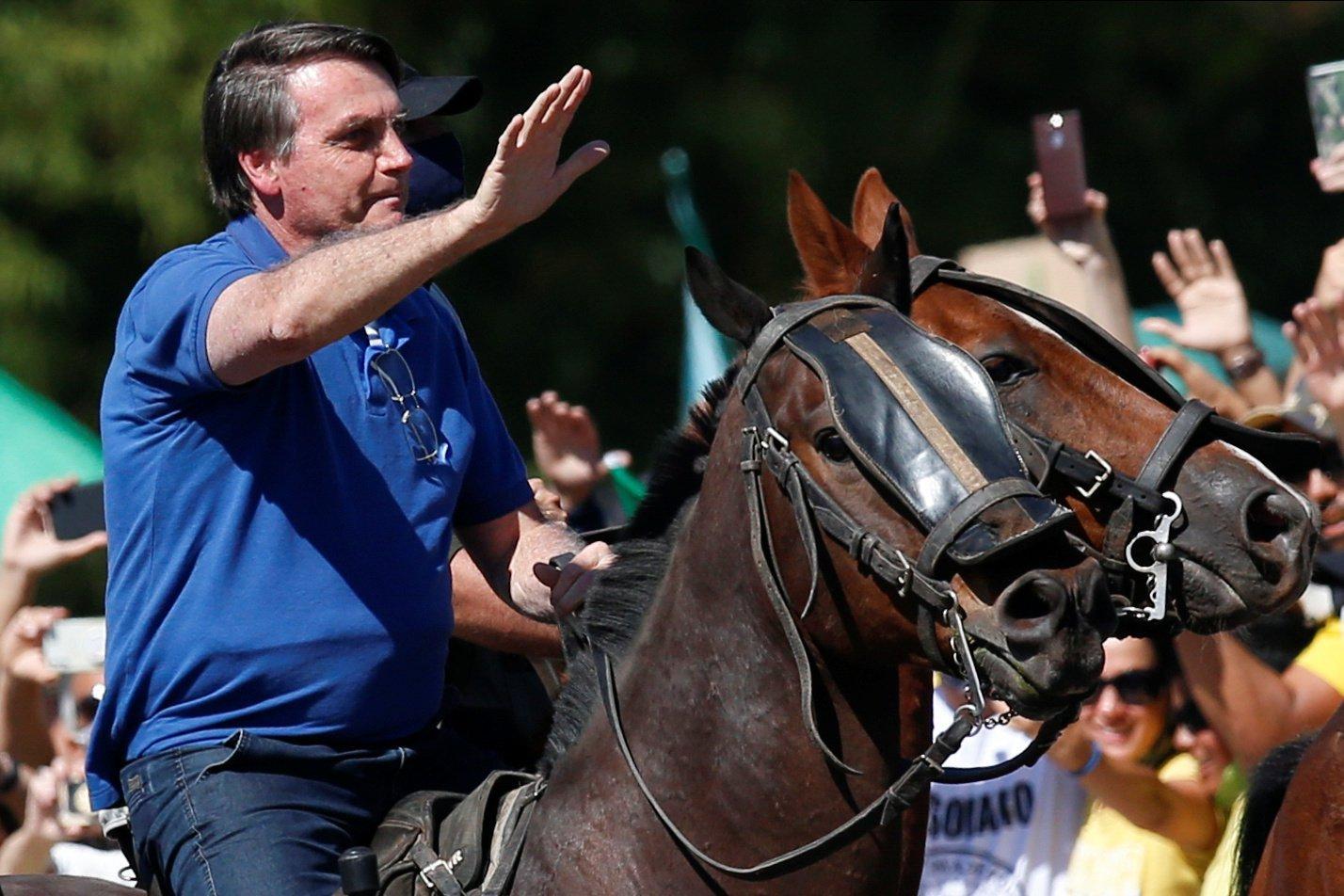 Bolsonaro anda a cavalo para cumprimentar apoiadores em Brasília | Exame