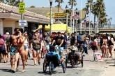 Coronavírus: Aglomeração em Huntington Beach, Califórnia, durante fim de semana do Memorial Day durante o surto da covid-19