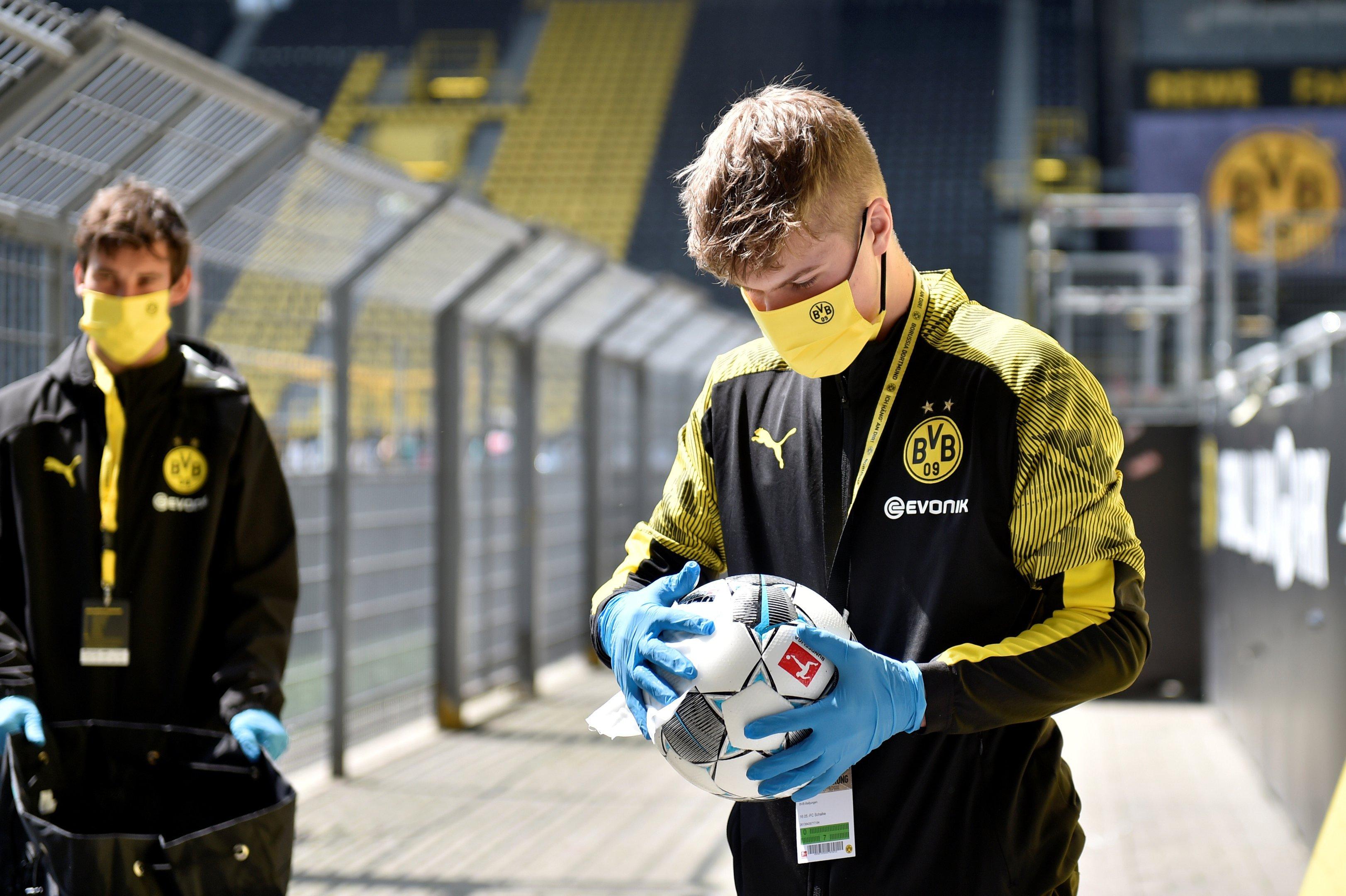 Bolas são desinfetadas antes da partida de retomada do futebol alemão 16/05/2020