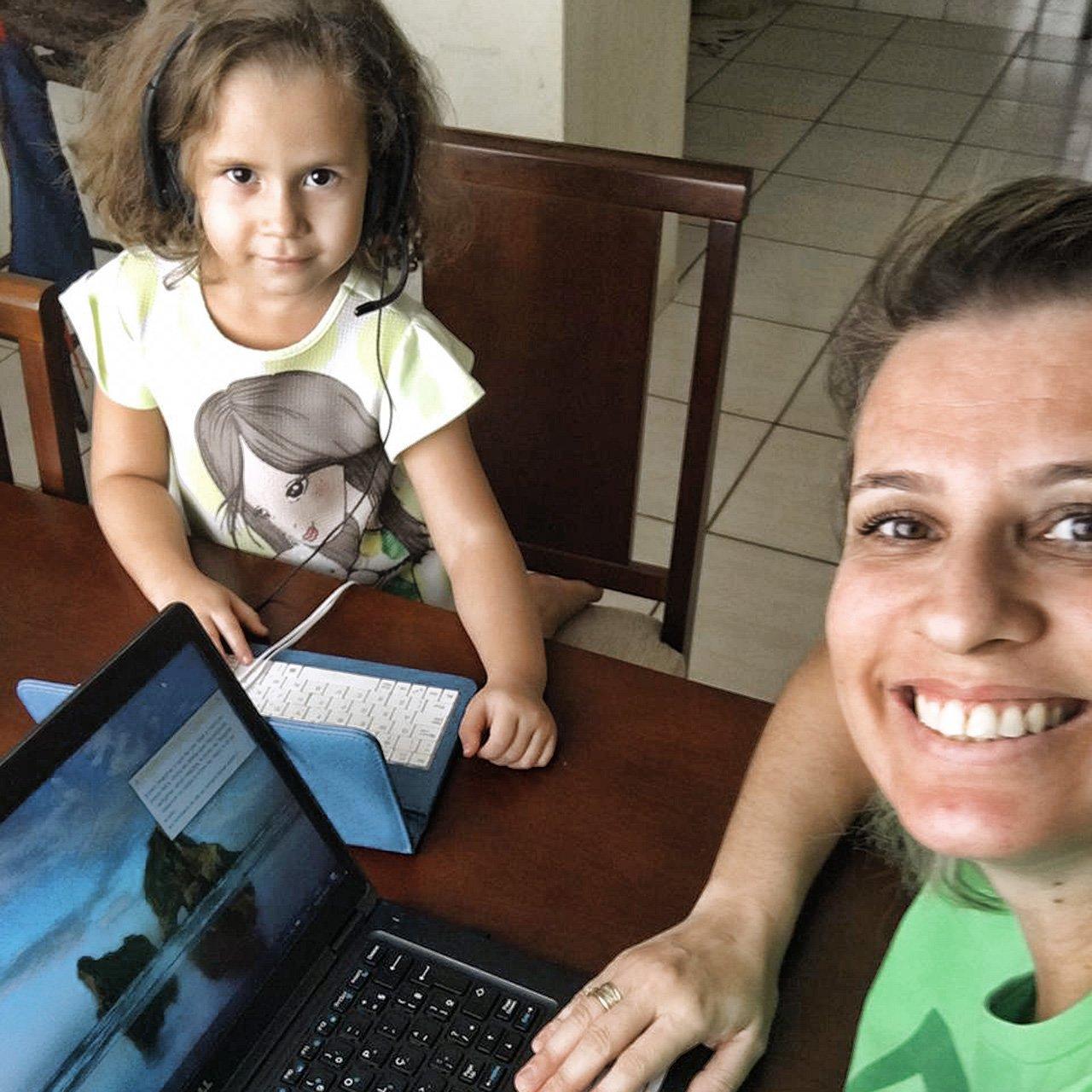 A Alice, de 4 anos, trabalhando do lado da mãe, Juliana Lima, que é analista de Trade Marketing da Royal Canin, da Mars