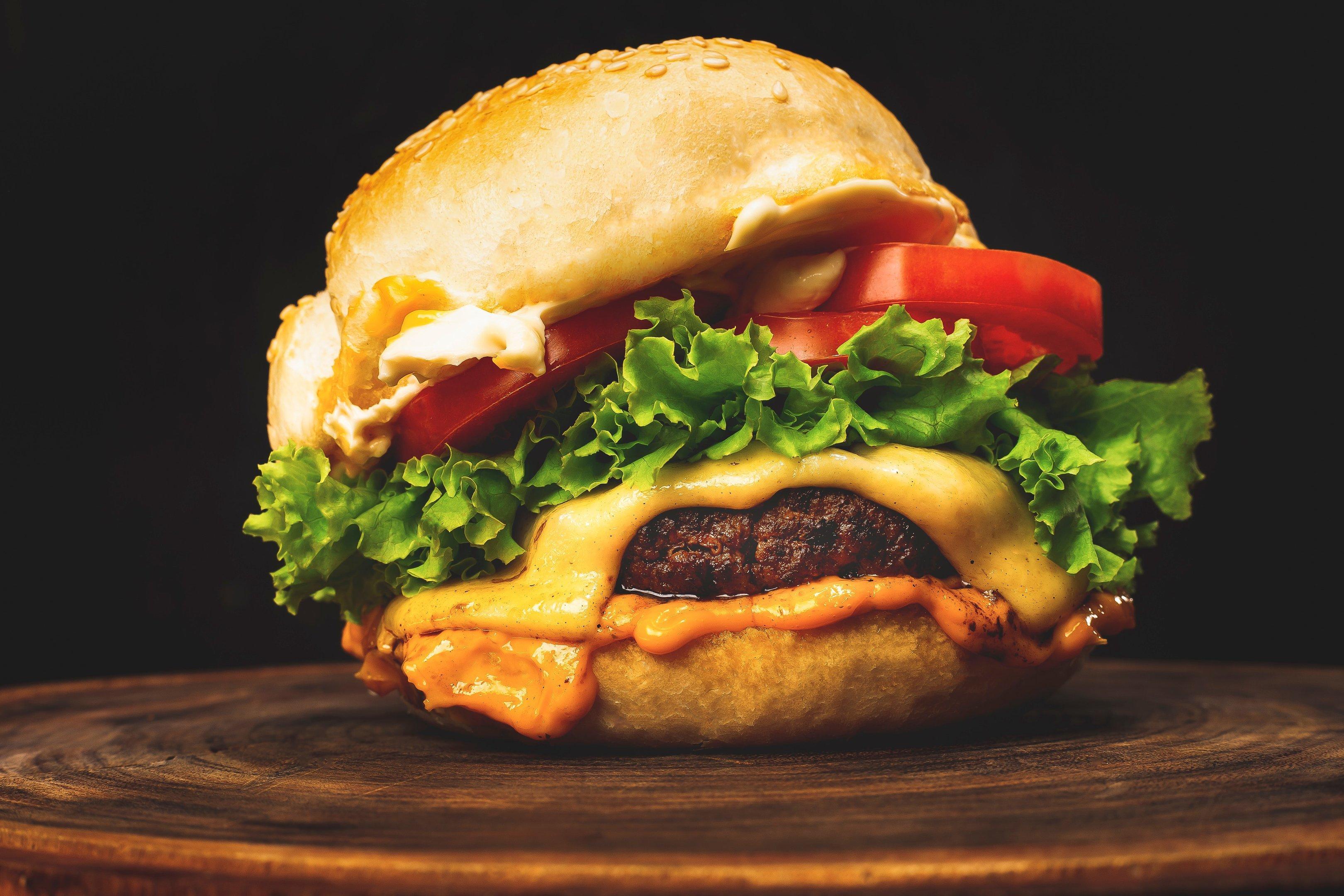 """Dia do Hambúrguer: série da EXAME Estilo de Vida """"Revolução do Churrasco"""" traz as dicas para fazer um hambúrguer perfeito"""