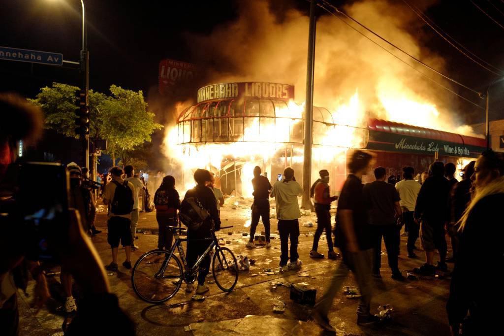 Protesto em Minneapolis após assassinato de homem coloca fogo na cidade