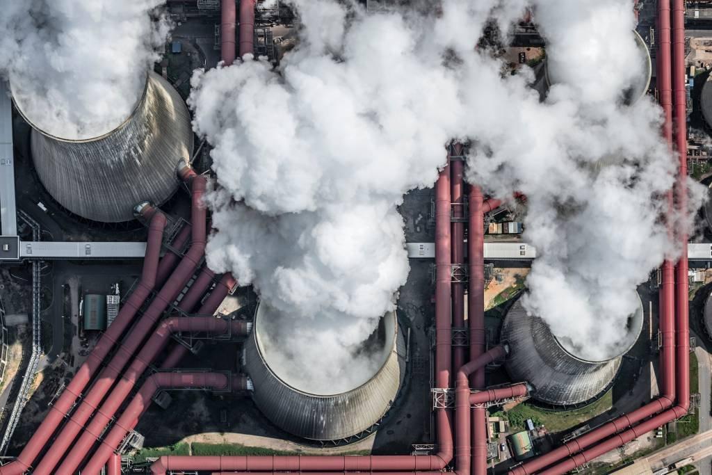 Vapor saindo das torres de resfriamento da usina a carvão na Alemanha