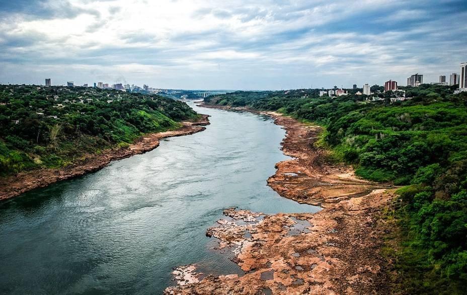 """<span class=""""s1"""">O nível da água do Rio Paraná em Foz do Iguaçu já se afastou 100 metros da margem.</span>"""