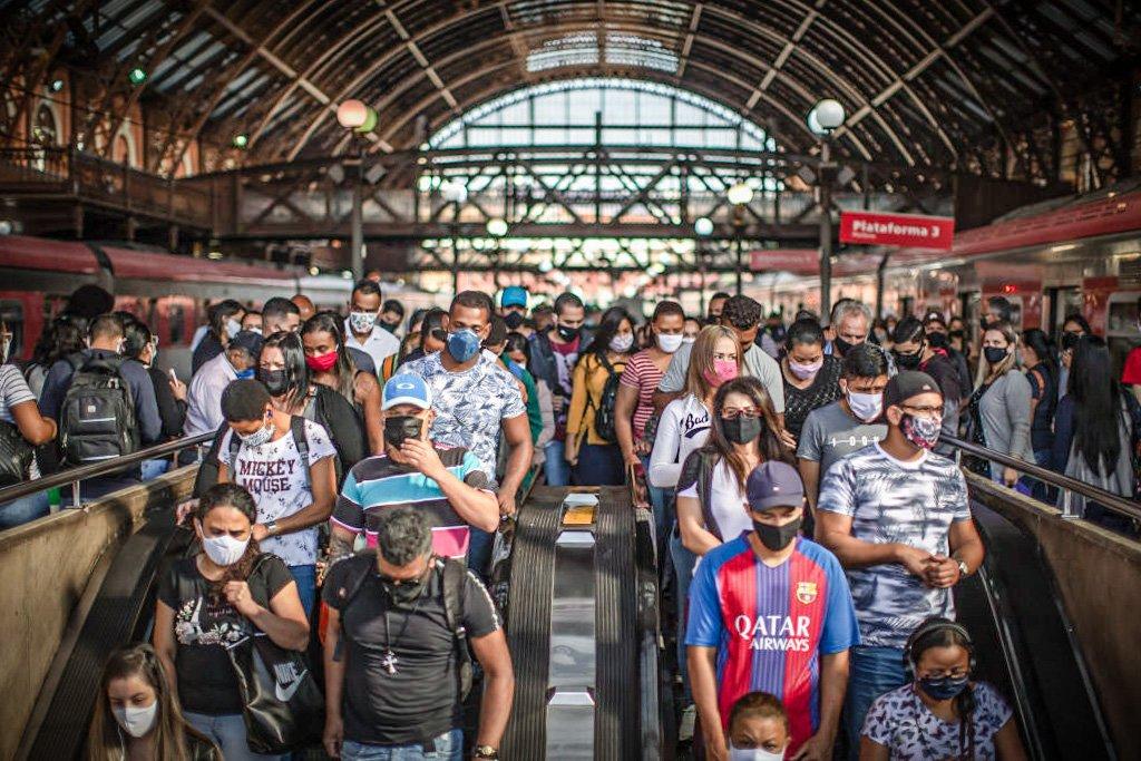 Pessoas usam máscara na Estação da Luz, São Paulo, em 22 de junho de 2020.