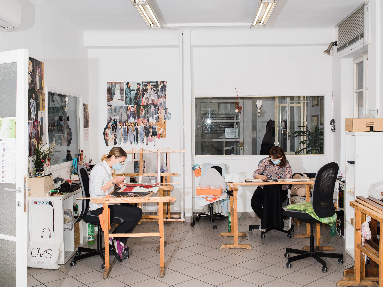 Simona Avram e Nadia Di Prima trabalham na Pico Grasso Ricami, em Milão: pandemia afetou trabalho dos artesãos italianos