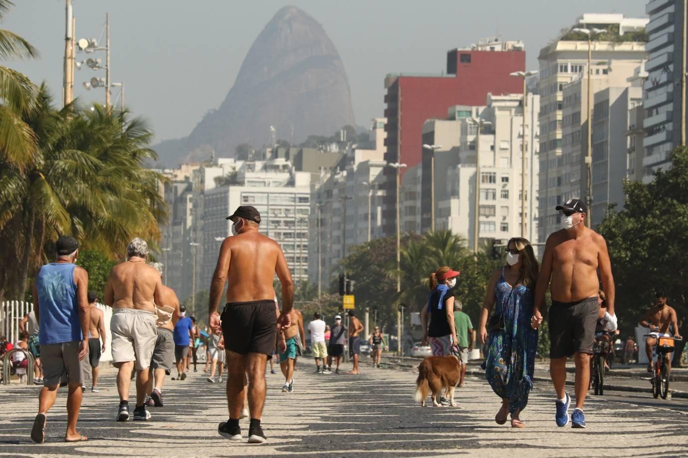 Rio tem praias e calçadões cheios na 1ª fase de reabertura da cidade