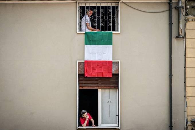 Cidadãos em quarentena em Codogno, no norte da Itália: especialistas do país questionam médicos que afirmaram que coronavírus enfraqueceu