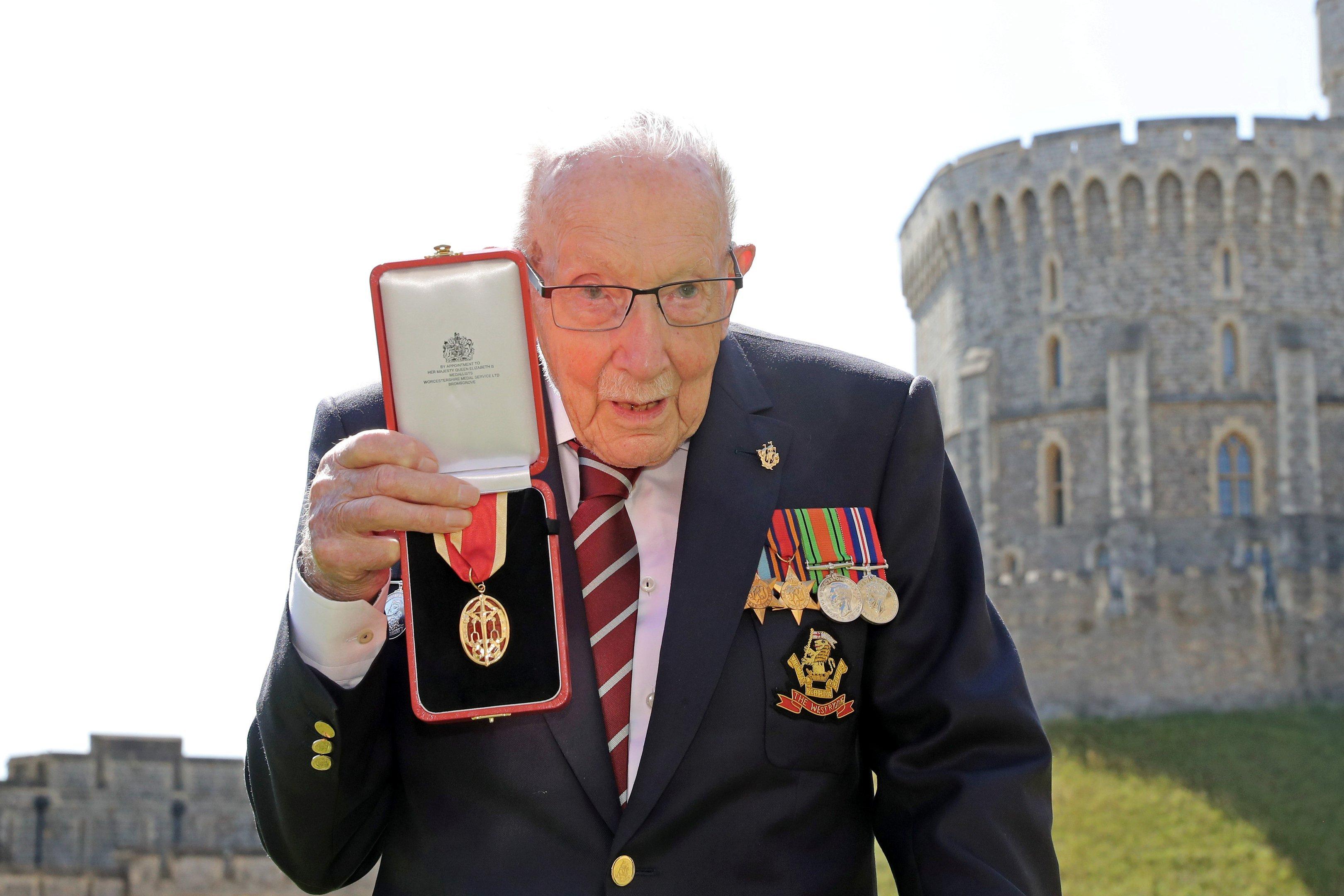 Capitão Tom recebe o título de cavaleiro da rainha Elizabeth 2ª