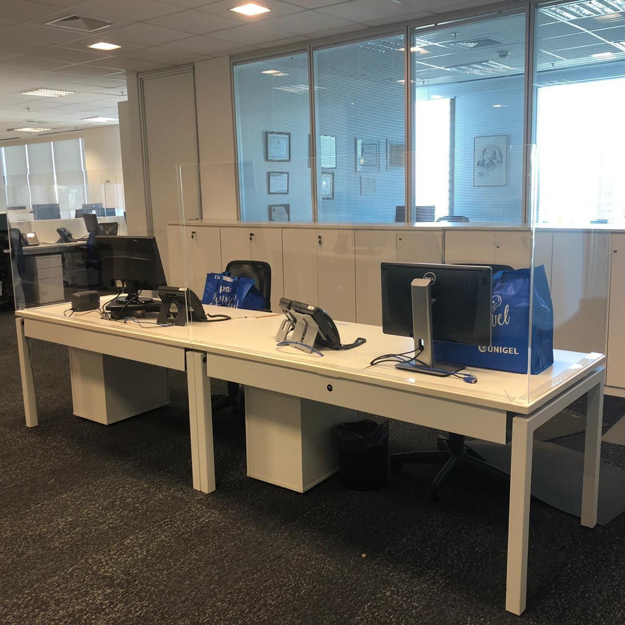 Unigel: Mesas alternadas e separadas por divisórias
