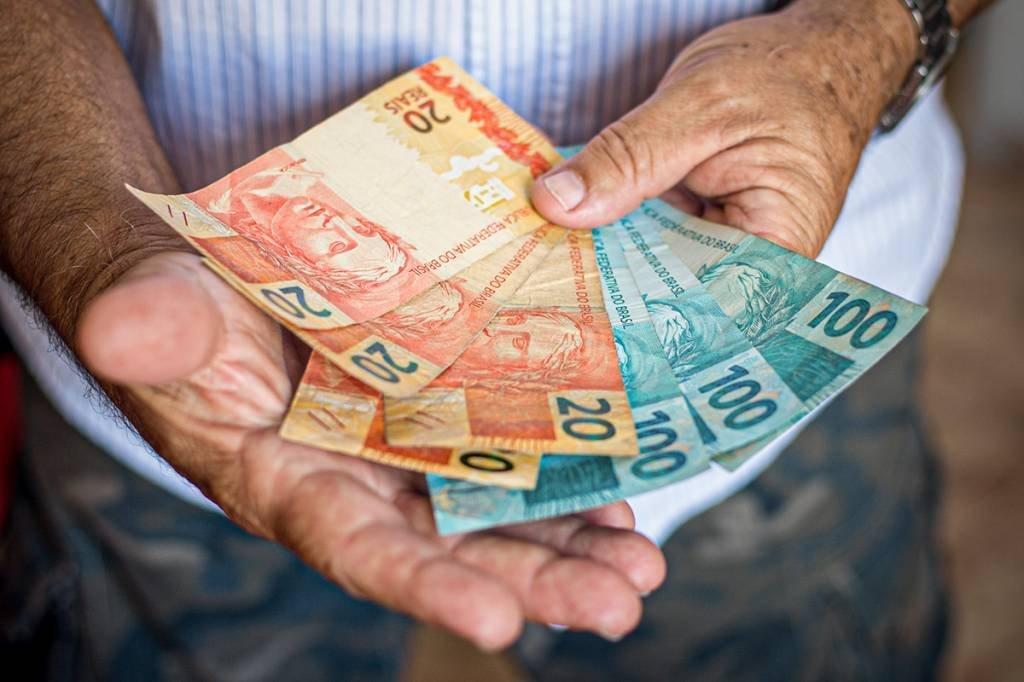 Consumidor_dinheiro. gustavomellossa / Getty Images