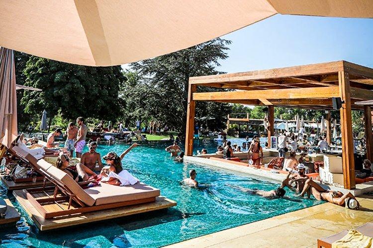 Libanêses desfrutam de um dia ensolarado em uma piscina no sofisticado Faqra Club, nas montanhas libanesas ao norte de Beirute, em 25 de julho de 2020