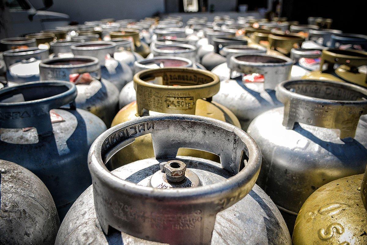 Distribuidoras elevam preço do botijão de gás em 7% para o consumidor    Exame