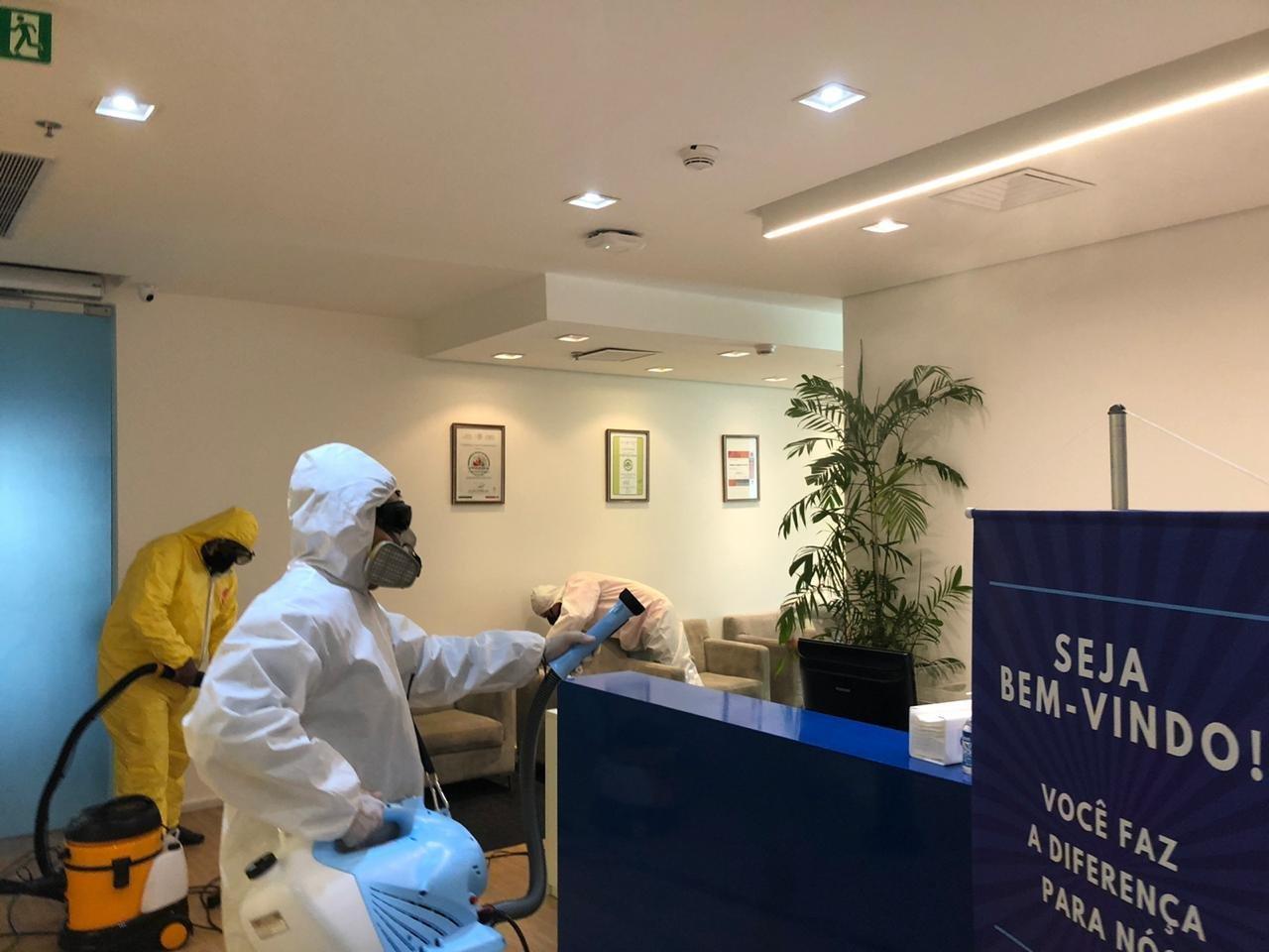 Equipe especializada de limpeza no escritório da Unigel