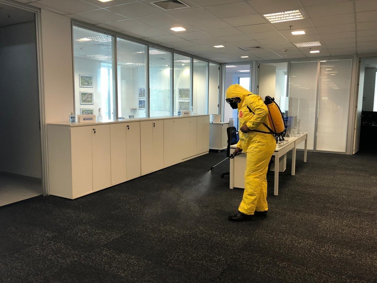 Limpeza do escritório da Unigel com produtos usados no hospital