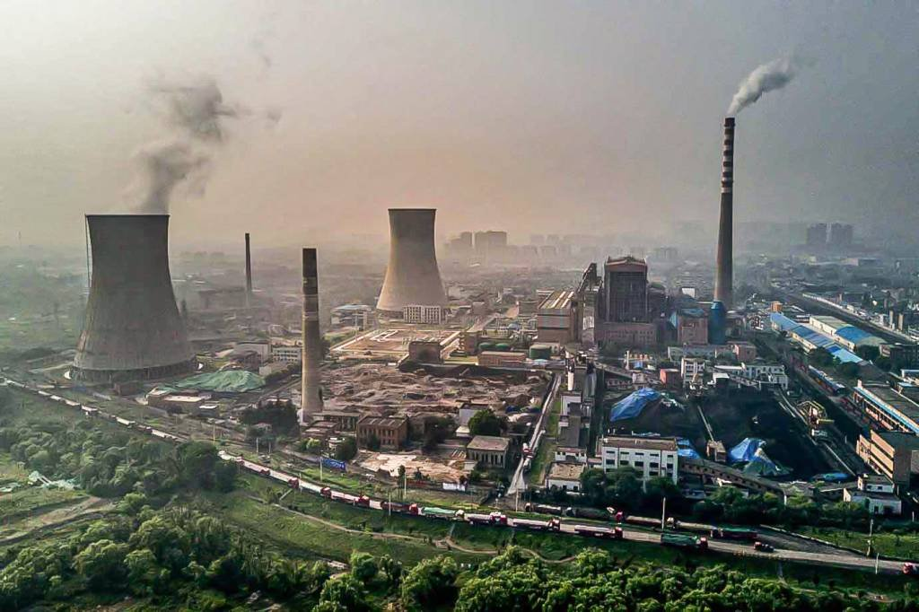Usina movida a carvão em Huainan, província de Anhui, na China.