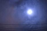 Bola de fogo explode sobre o céu de Tóquio