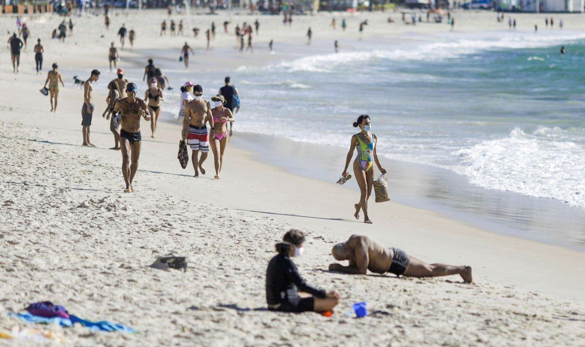 Pessoas são vistas na praia de Copacabana em meio ao surto da doença por coronavírus (COVID-19) no Rio de Janeiro, Brasil, 28 de julho de 2020.
