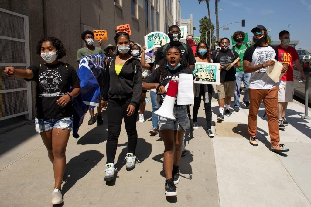 Protestos pedindo equidade na volta às aulas na Califórnia: preocupação sobre a segurança de minorias sociais nas escolas reabertas