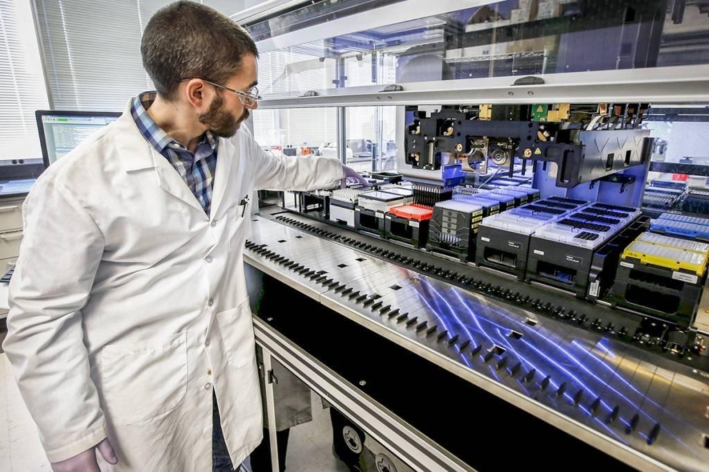 Funcionário trablha em laboratório da farmacêutica Regeneron. 24/3/2015. REUTERS/Mike Segar