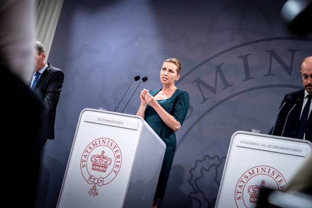 A primeira-ministra dinamarquesa Mette Frederiksen participa de uma coletiva de imprensa sobre a situação da doença coronavírus (COVID-19), no gabinete do primeiro-ministro em Copenhagen, Dinamarca, em 15 de agosto de 2020. Ritzau Scanpix / Mads Claus Rasmussen via REUTERS