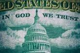 """Parte de trás do dólar americano: """"In God we trust"""" (confiamos em Deus)"""