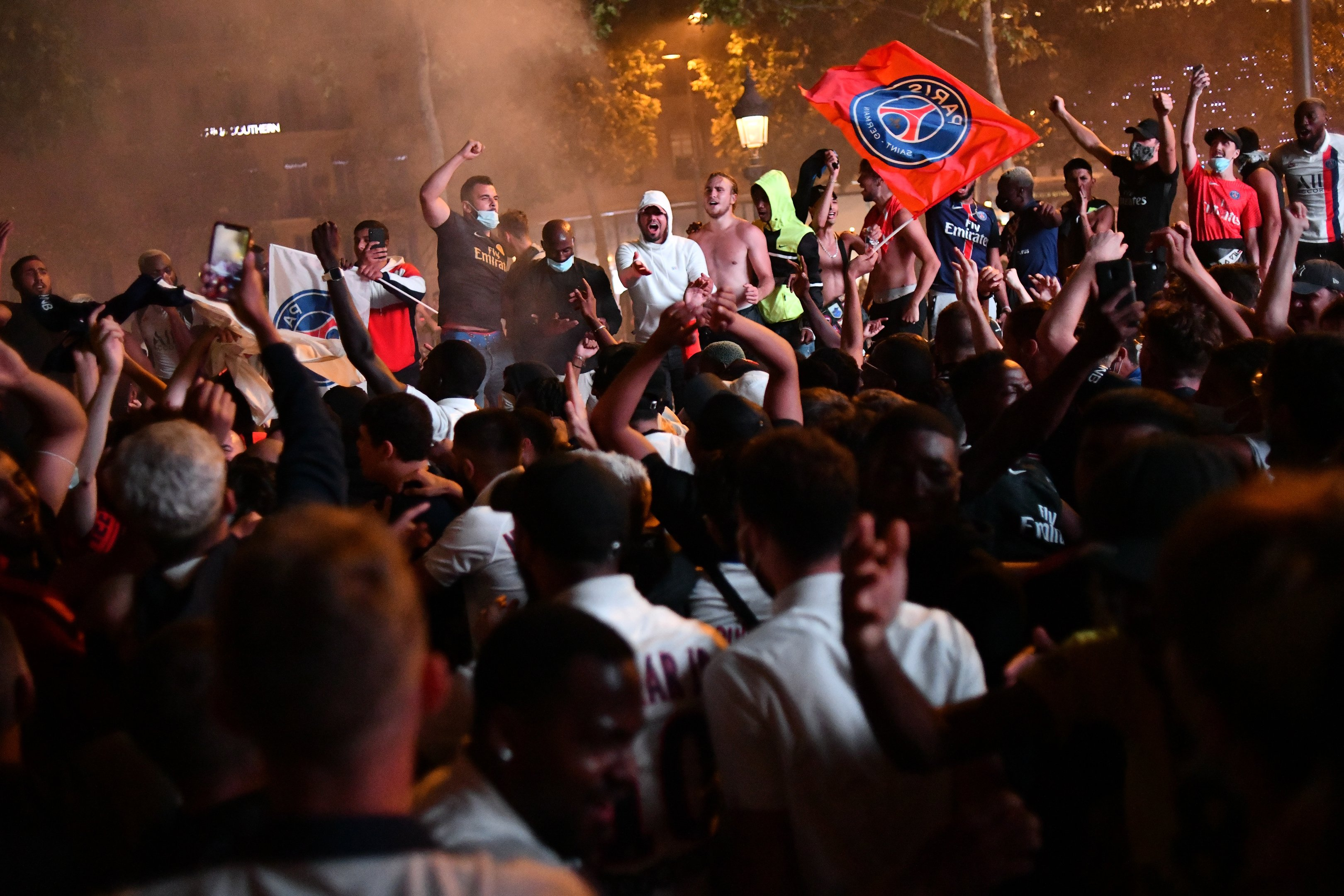 Na Champs Elysee de Paris, torcedores do PSG comemoram chegada do time à final da Liga dos Campeões 2020
