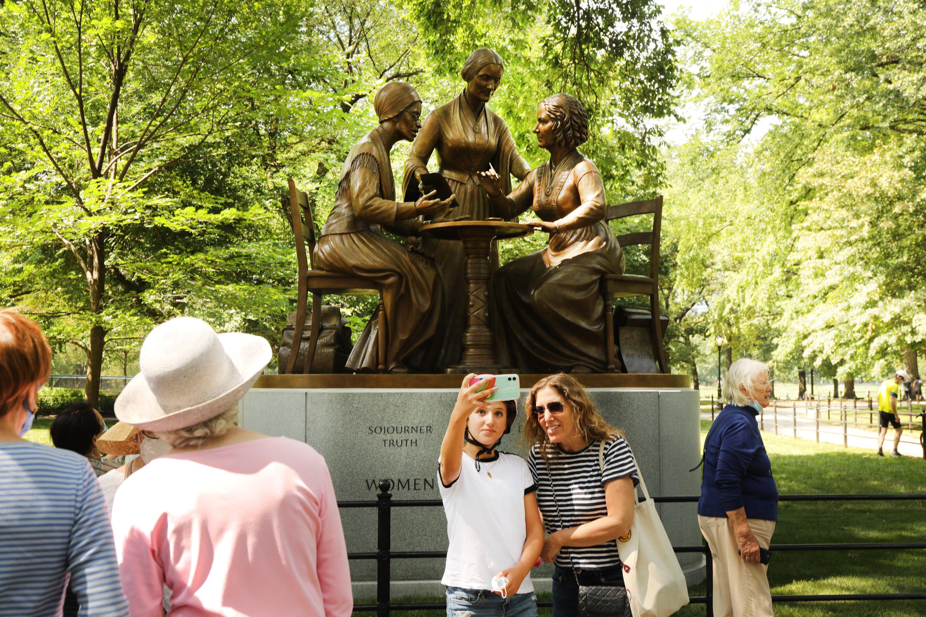No Central Park, pessoas participaram da inauguração da estátua das mulheres Sojourner Truth, Susan B Anthony e Elizabeth Cady Stanton
