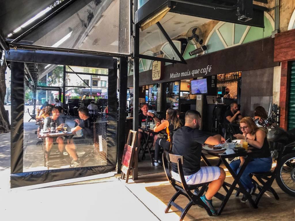 Movimento na Avenida Paulista, comércio, vendedores ambulantes, bares e restaurantes. domingo, dia dos pais. 09 de agosto de 2020. Foto: Roberto Parizotti.