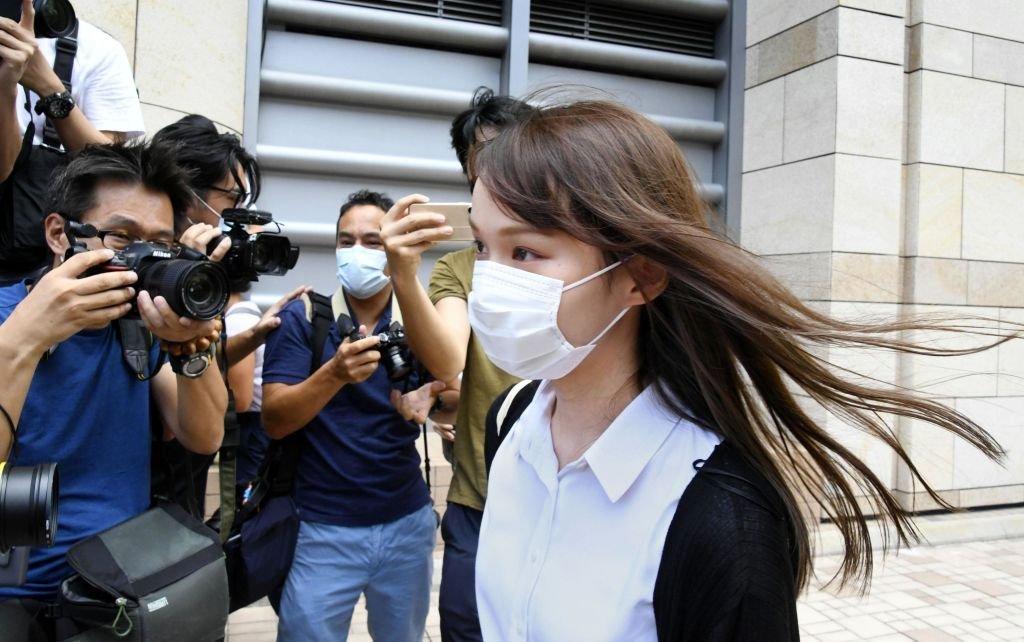Agnes Chow indo ao tribunal na semana passada: depois, ela seria presa nesta segunda-feira, 10, por acusações de coalizão com forças internacionais