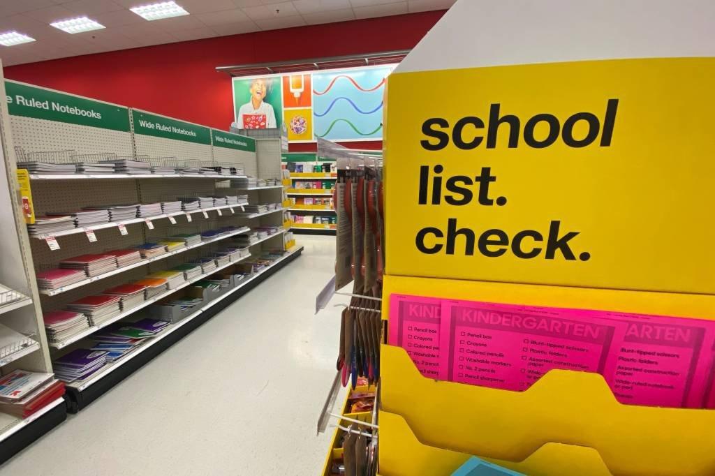 Loja com material escolar para a volta às aulas nos EUA: álcool em gel e máscaras entraram na lista obrigatória