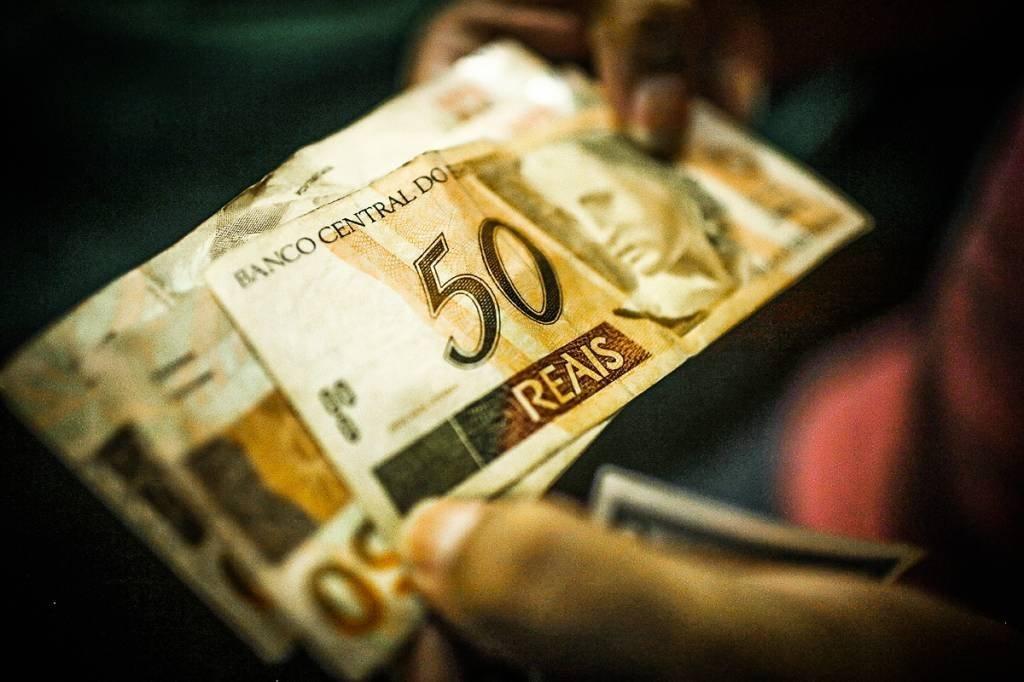 Notas de reais; dinheiro; imposto