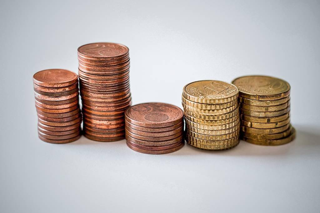 Diversas pilhas de moedas que representam os diferentes níveis de tolerância ao risco de investimento
