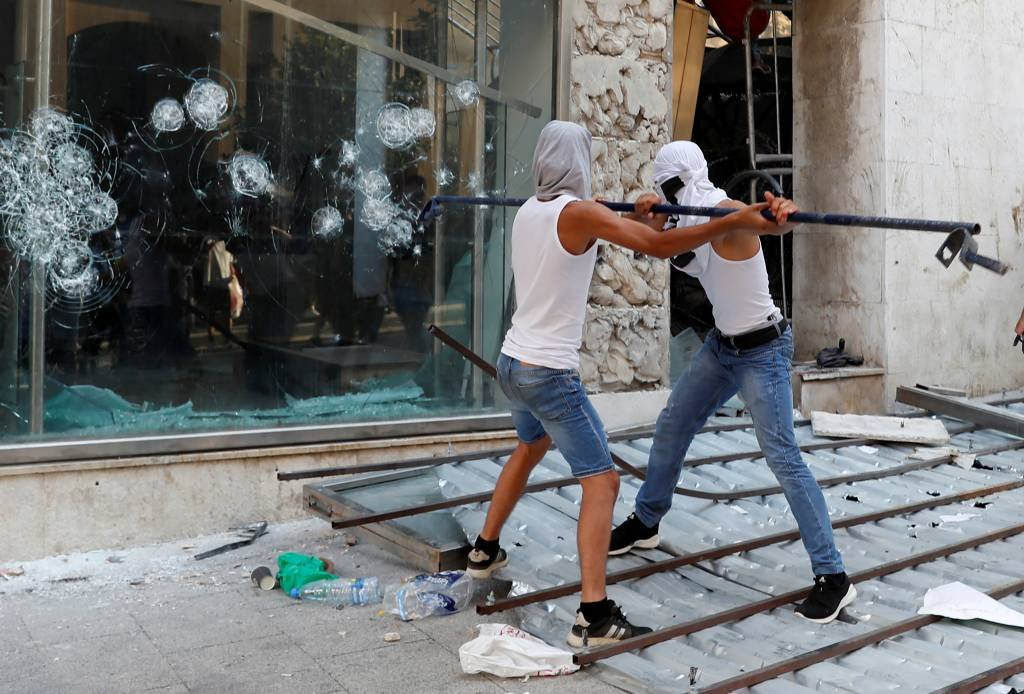 No Líbano, manifestantes invadem prédios do governo e ministros renunciam