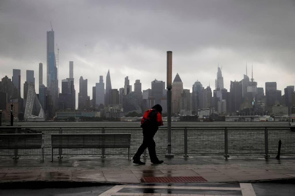 Tempestade Isaías avança pela costa leste dos EUA e atinge Nova York