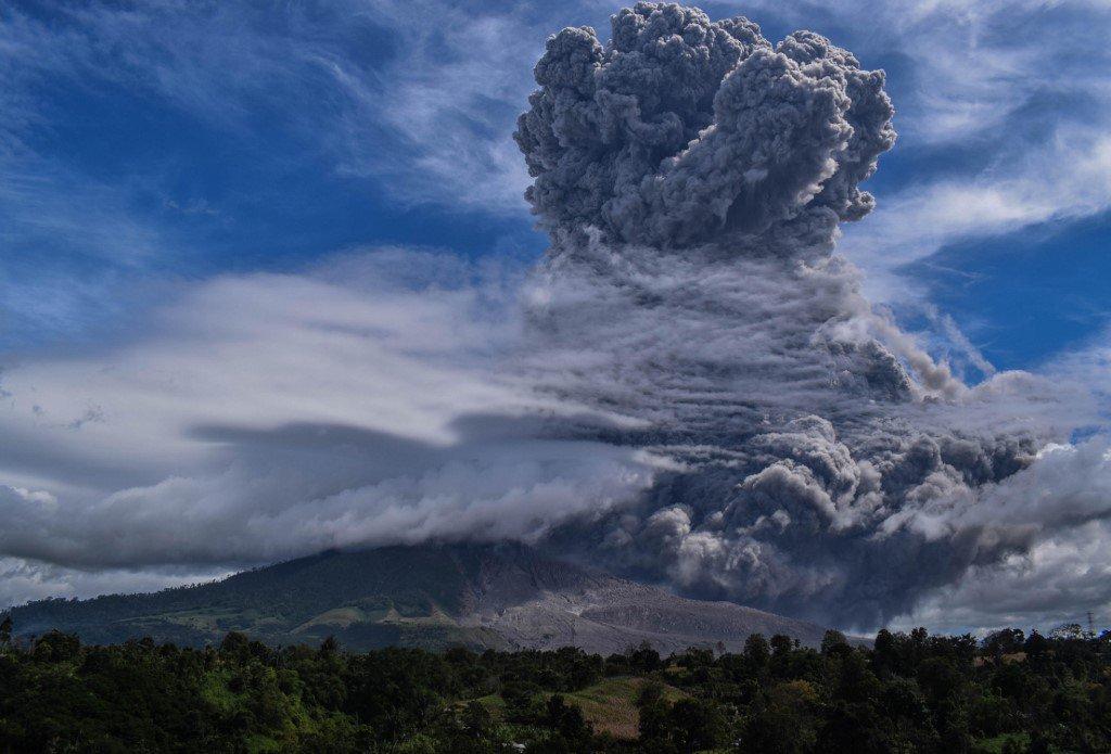 Na Indonésia, erupção de vulcão provoca nuvem gigante de cinzas