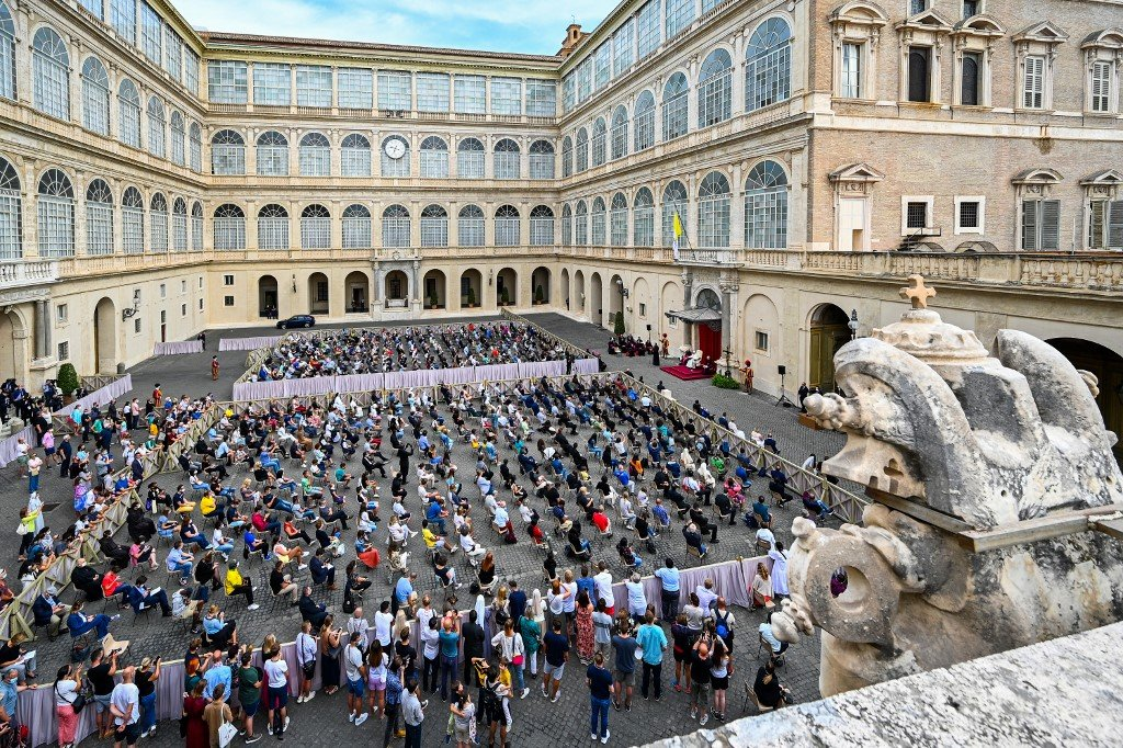 Papa reencontra fiéis em primeira audiência em público em seis meses