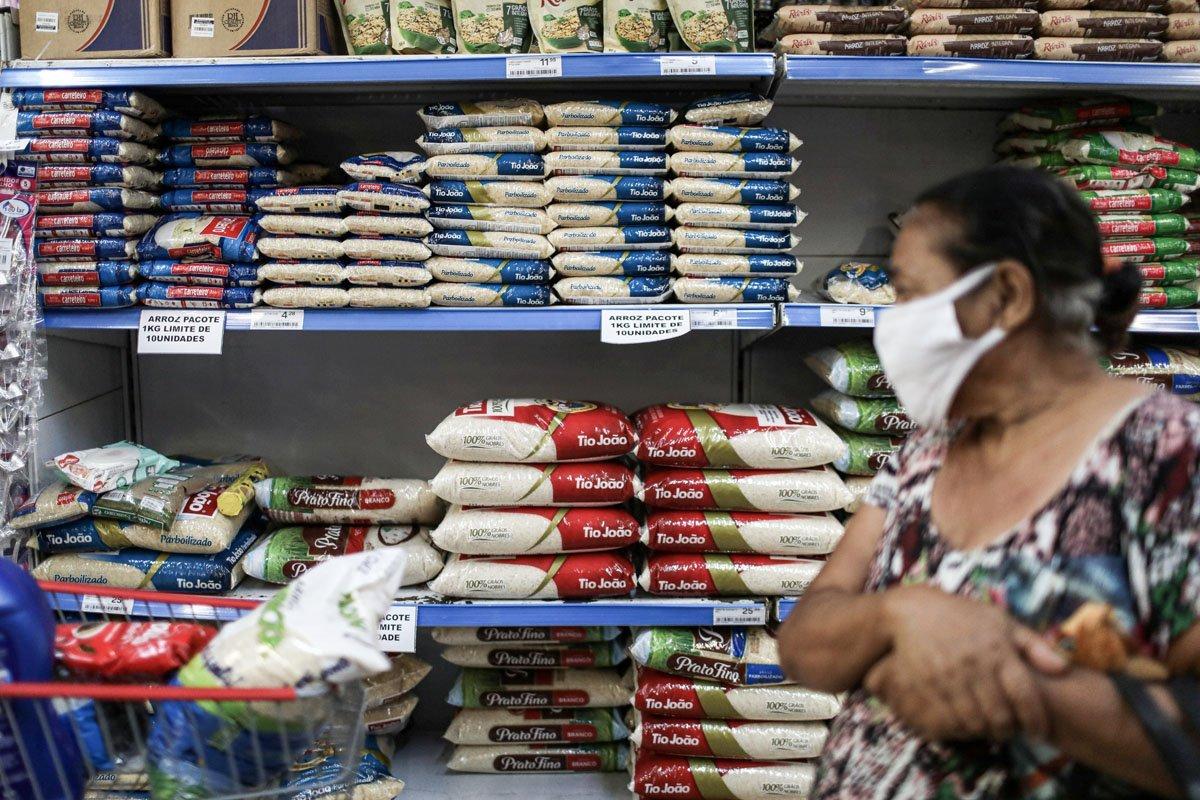 Uma mulher observa enquanto sacos de arroz são exibidos em um supermercado no Rio de Janeiro, Brasil, 10 de setembro de 2020. REUTERS / Pilar Olivares