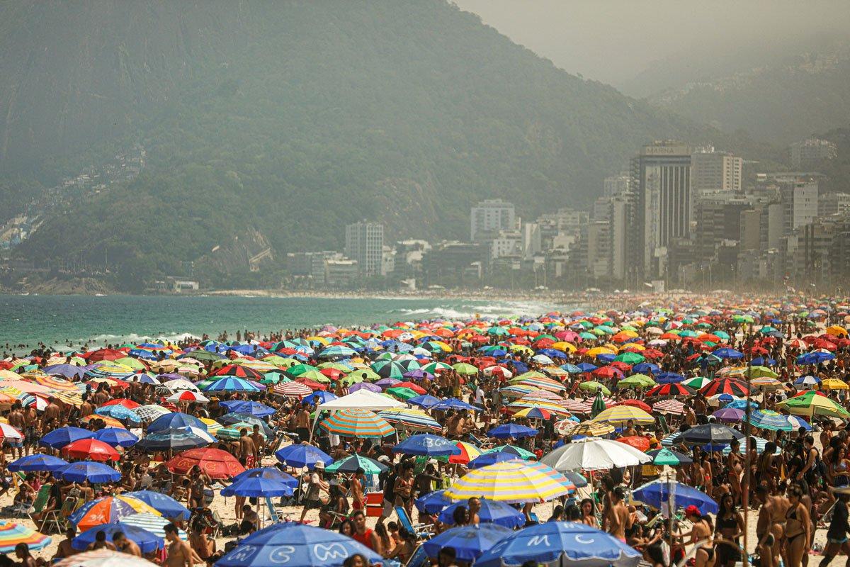 Pessoas aproveitam a praia de Ipanema, em meio ao surto da doença coronavírus (COVID-19), no Rio de Janeiro, Brasil, 13 de setembro de 2020. REUTERS / Pilar Olivares