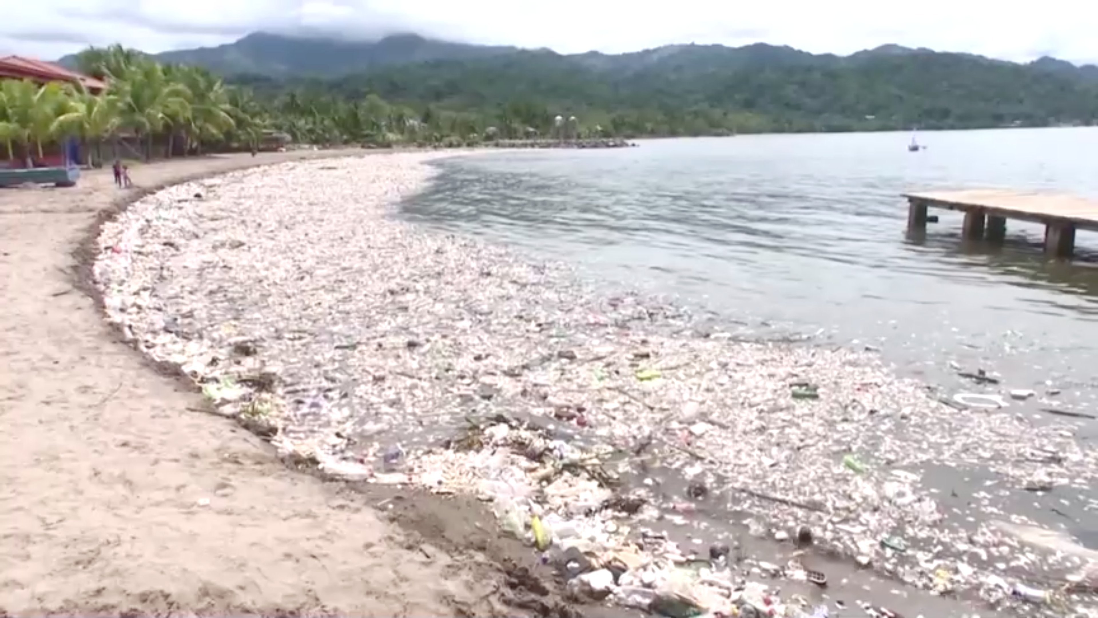 Uma imensa onda de lixo atingiu o litoral de Omoa, no norte de Honduras, criando cenas de terror, com límpidas praias tropicais arruinadas por pilhas de sujeira.