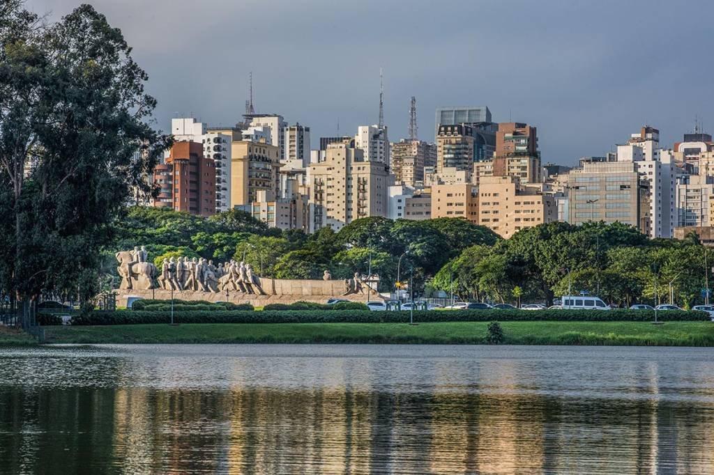 Parque do Ibirapuera; lago; prédios; Monumento; Bandeiras