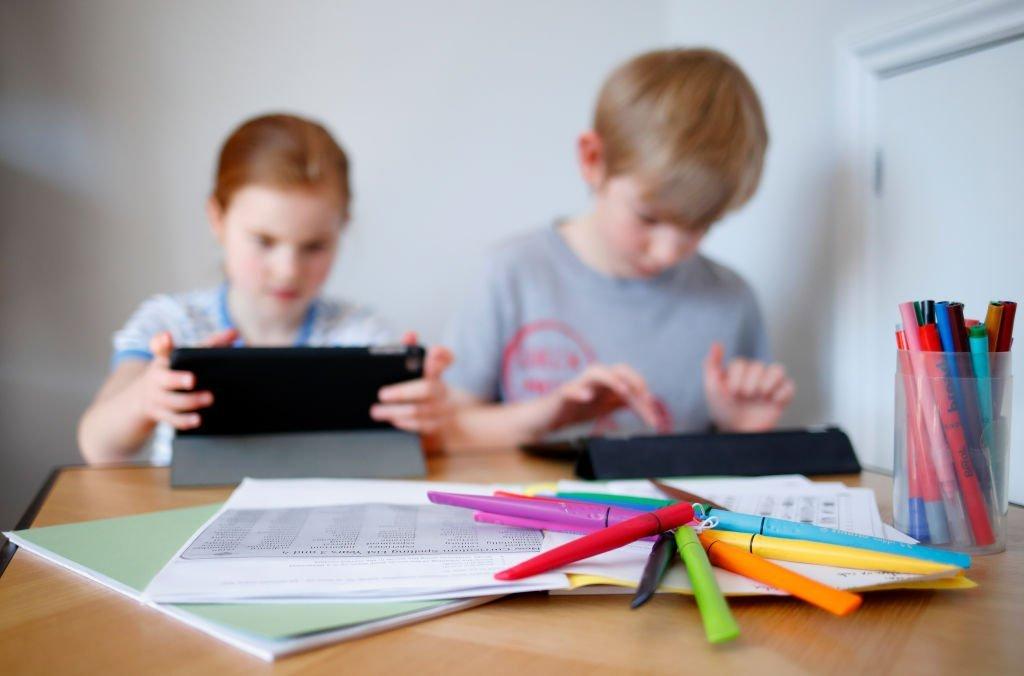 crianca-aula-escola-tecnologia