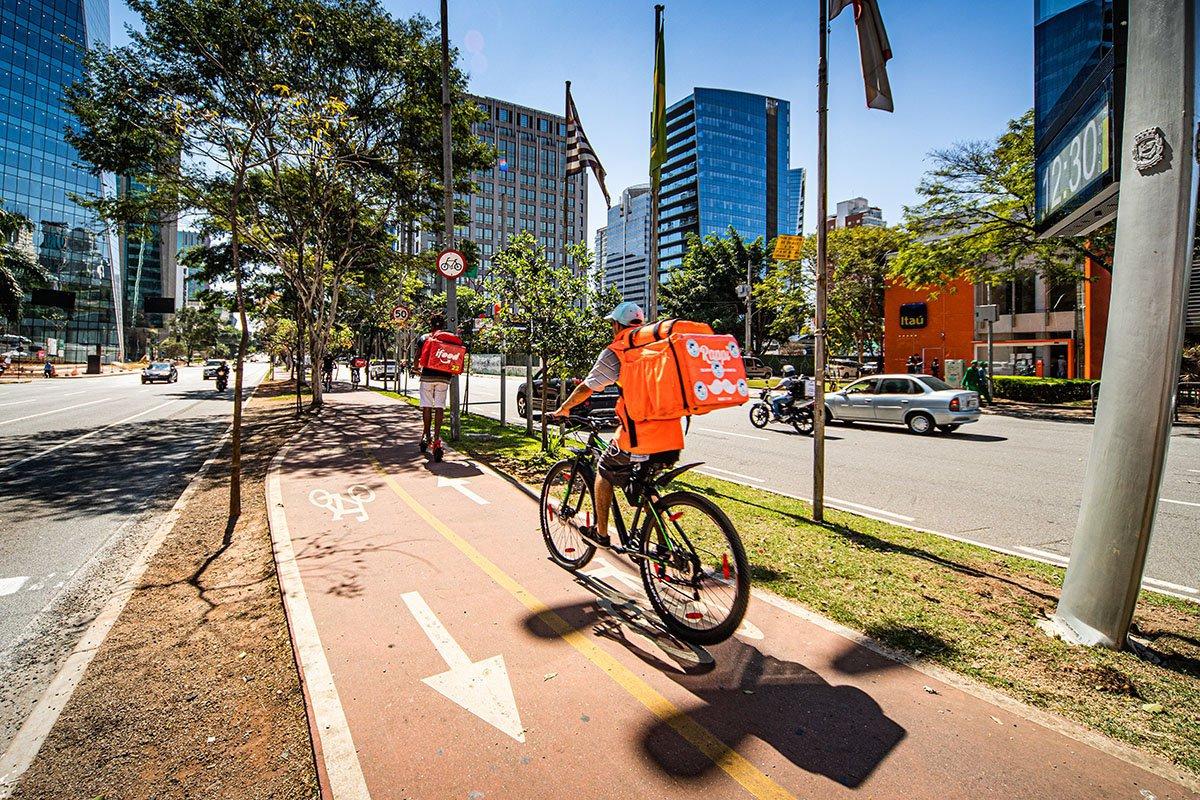 Entregadores do Rappi e Ifood de bicicletas na Brigadeiro Faria Lima em Sâo Paulo SP na Pandemia do Coronavirus foto: Leandro Fonseca data: 03/09/2020