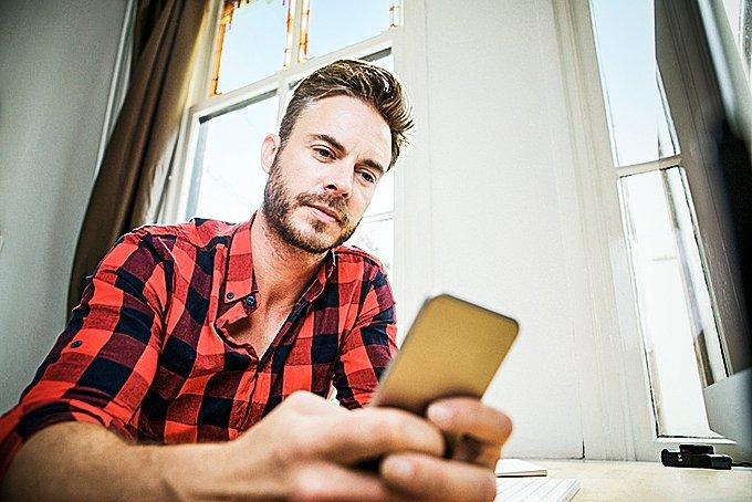 foto-de-homem-usando-smartphone
