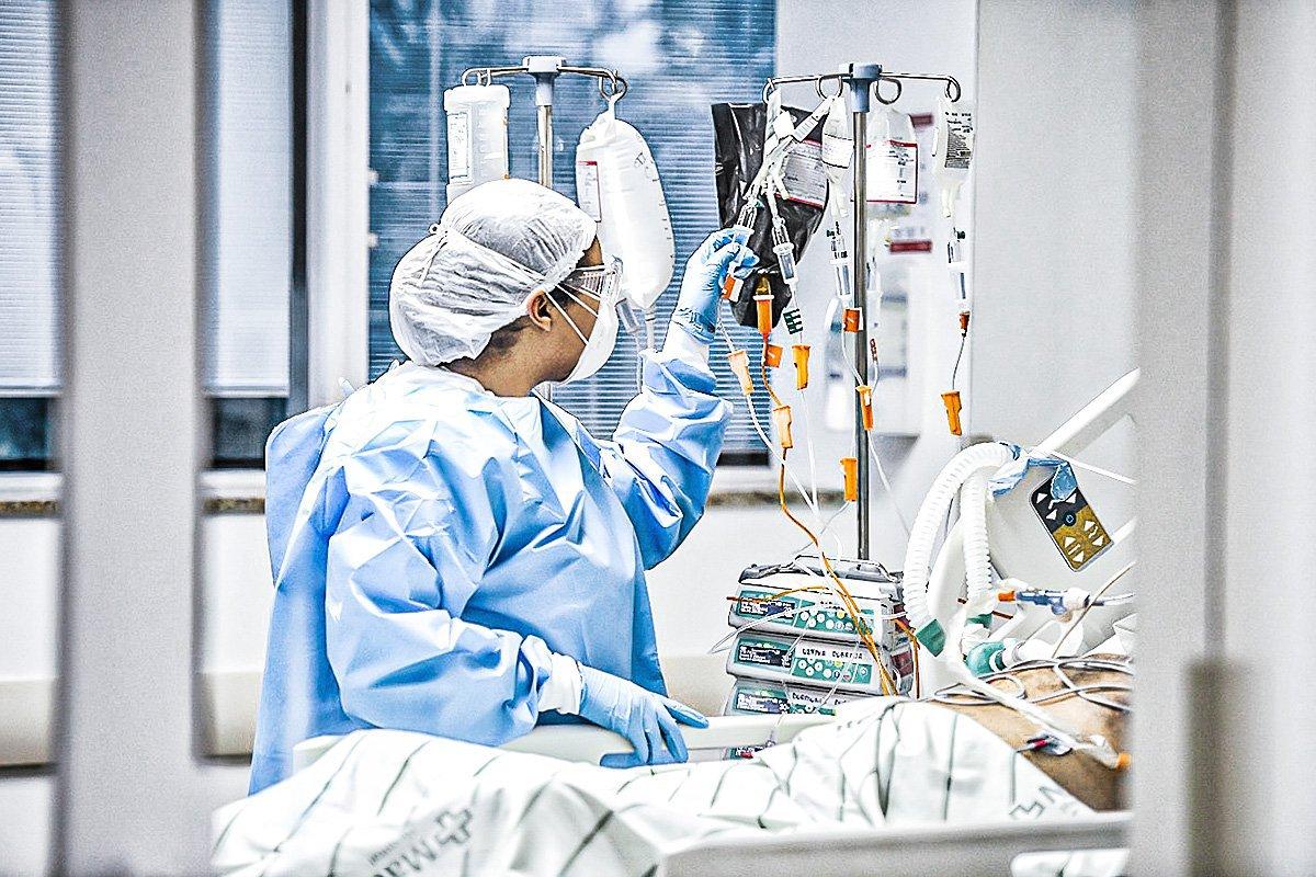 Enfermeira cuida de paciente com coronavírus