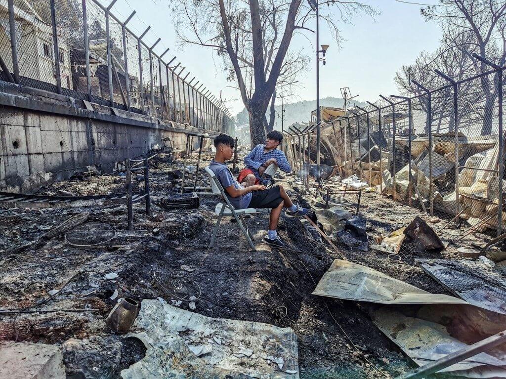 Campo de refugiados superlotado pega fogo na Grécia