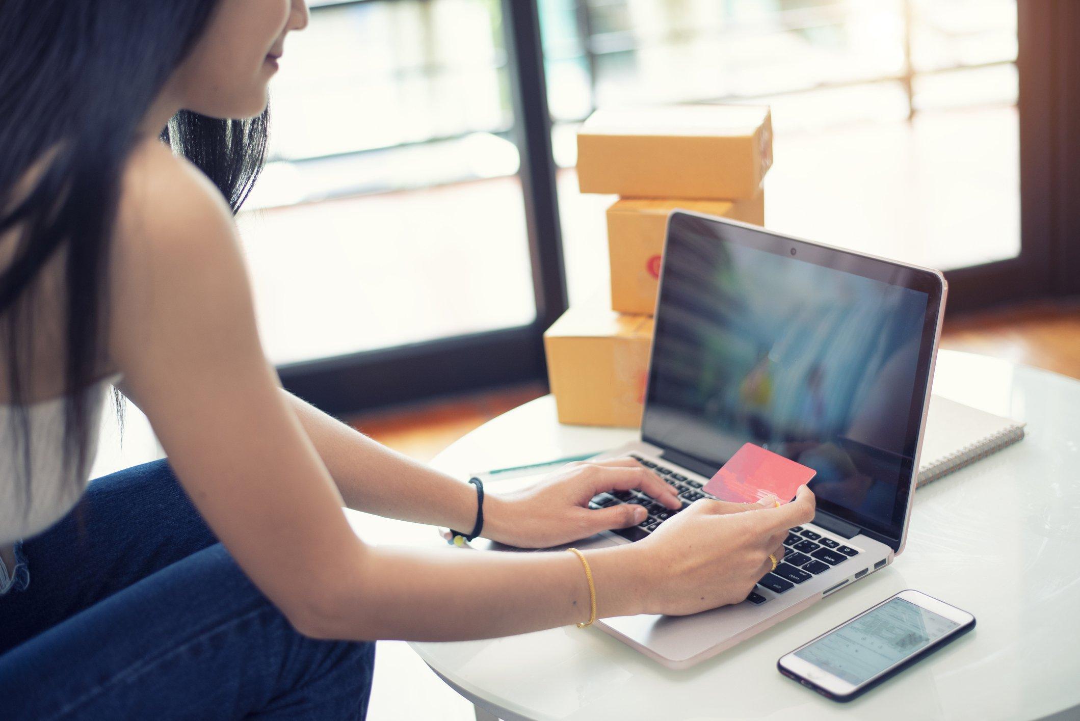 Dia do Cliente: 5 empresas com descontos e bolsas de estudo de até 30%