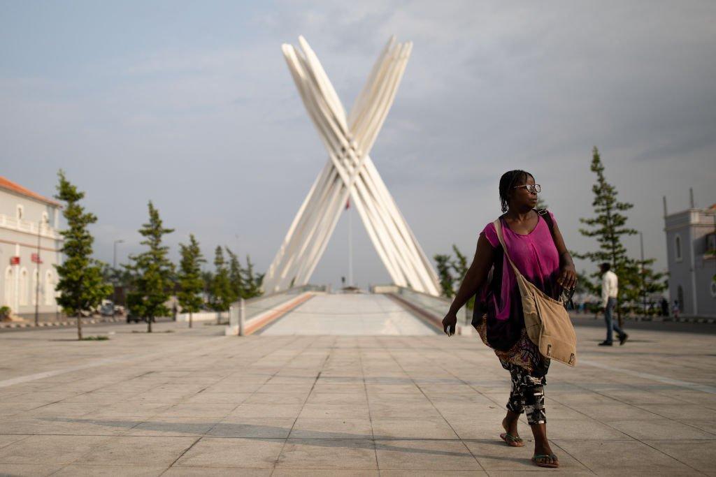 Pedestre caminhando em Luanda, Angola